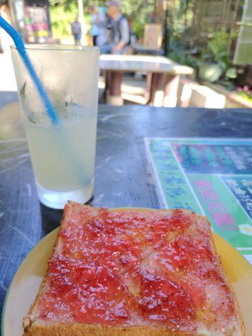 レモンジュースとジャムトースト